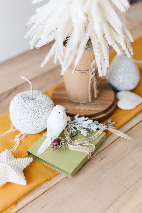 Decoración de mesa de invierno con corredor de mesa de mostaza, árbol blanco de Navidad. Elementos modernos Navidad fotografía de archivo libre de regalías