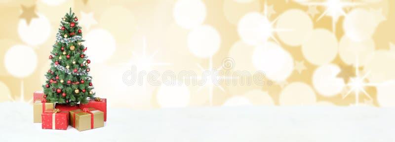Decoración de oro co de las bolas de la nieve de la bandera del fondo del árbol de navidad imagen de archivo