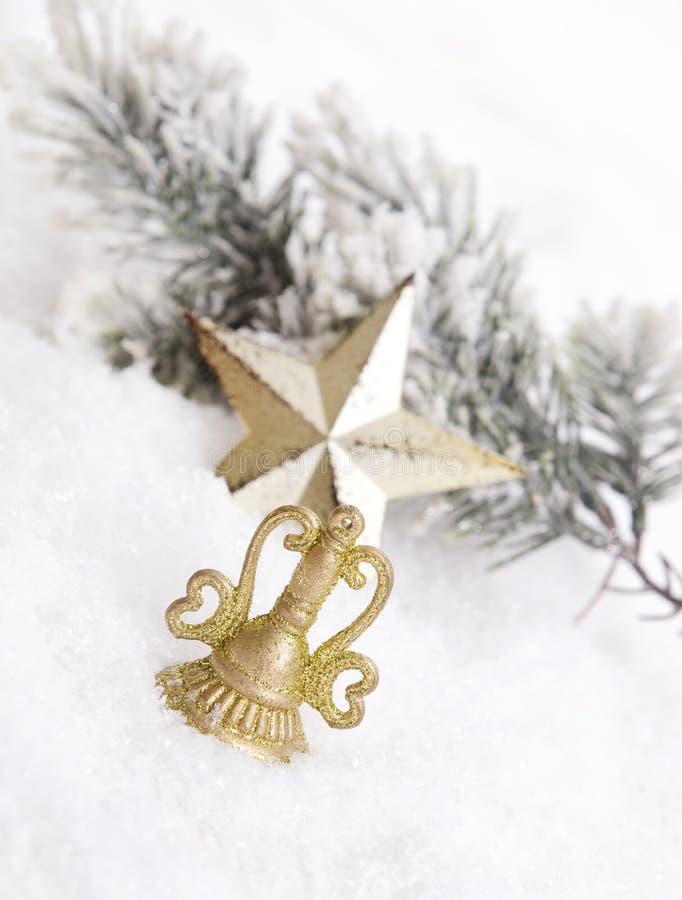 Decoración de oro de la Navidad con nieve foto de archivo libre de regalías