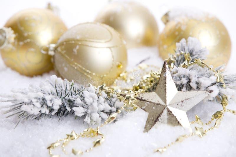 Decoración de oro de la Navidad con nieve imagen de archivo
