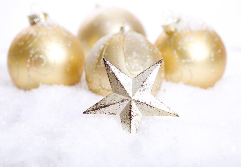 Decoración de oro de la Navidad con nieve fotografía de archivo