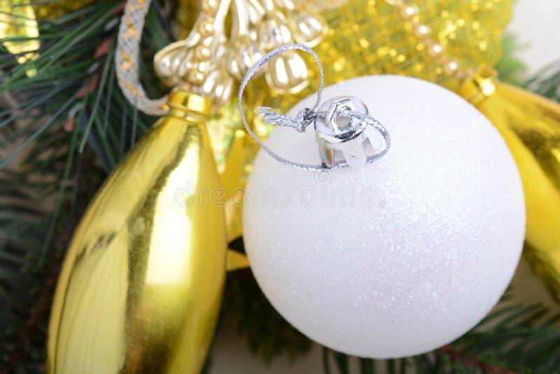 Decoración de oro festiva de la Navidad, velas, bolas blancas, rama de árbol verde de abeto, primer foto de archivo libre de regalías