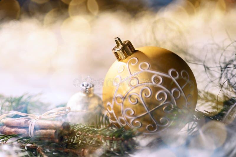 Decoración de oro de la chuchería y de la Navidad imágenes de archivo libres de regalías