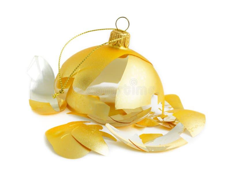 Decoración de oro rota de la Navidad de la chuchería de la Navidad en blanco imágenes de archivo libres de regalías