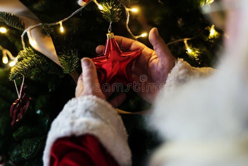 Decoración de Papá Noel y del árbol de navidad fotografía de archivo