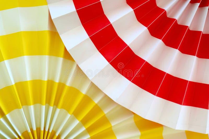 Decoración de papel plisada amarilla y roja vibrante para el fondo foto de archivo libre de regalías