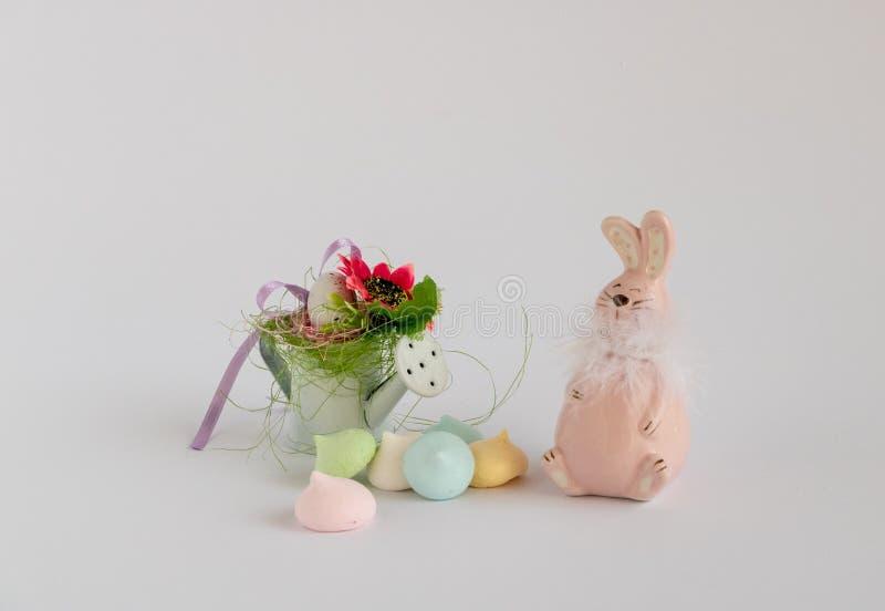 Decoración de Pascua al lado de los merengues multicolores foto de archivo
