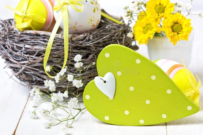 Decoración de Pascua con el corazón de madera fotos de archivo libres de regalías