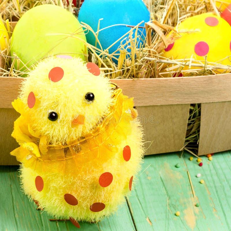 Decoración de Pascua con el pequeño polluelo lindo y huevos de Pascua en imagenes de archivo