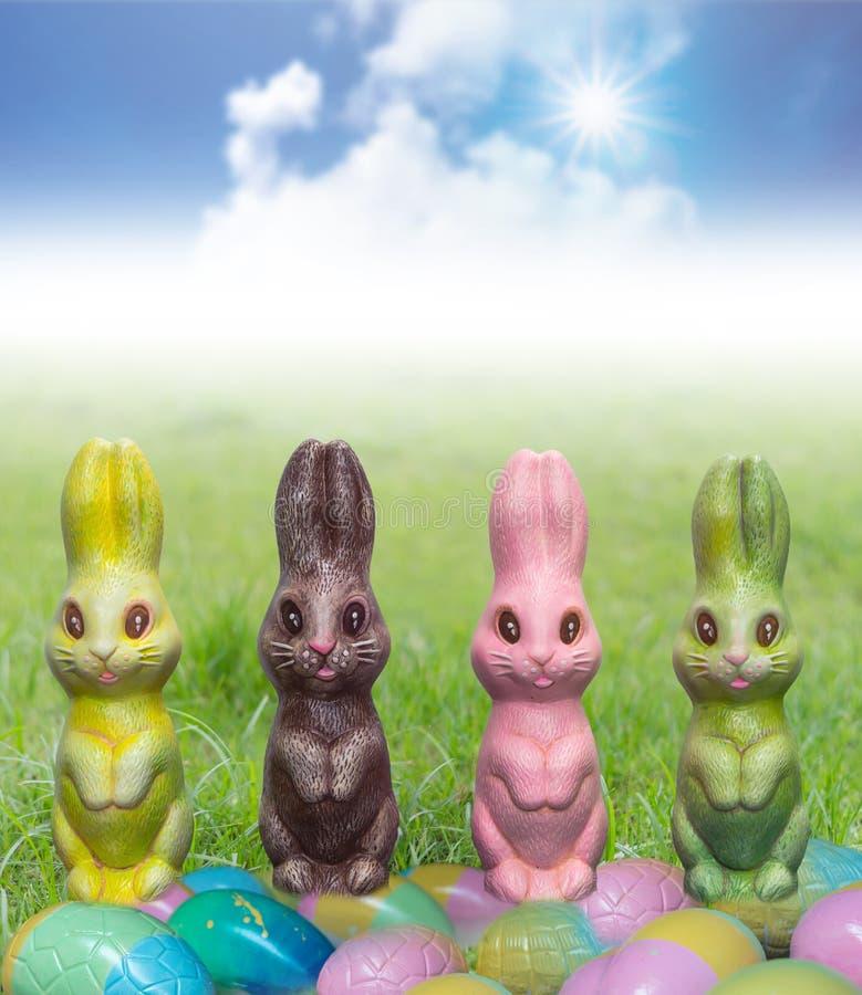 Decoración de Pascua, conejitos sobre el vidrio imagenes de archivo