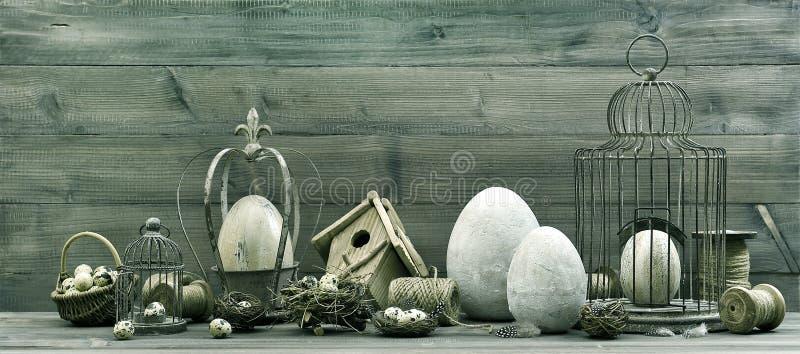 Decoración de pascua del vintage con los huevos, la jerarquía y el birdcage fotografía de archivo libre de regalías