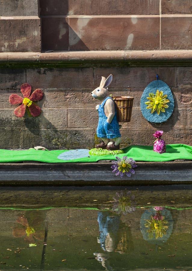 Decoración De Pascua En Un Canal En Colmar Fotografía editorial
