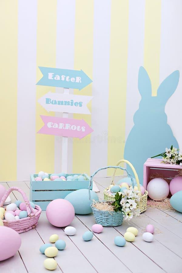 Decoración de Pascua y de la primavera Huevos y conejito de pascua multicolores grandes imagenes de archivo