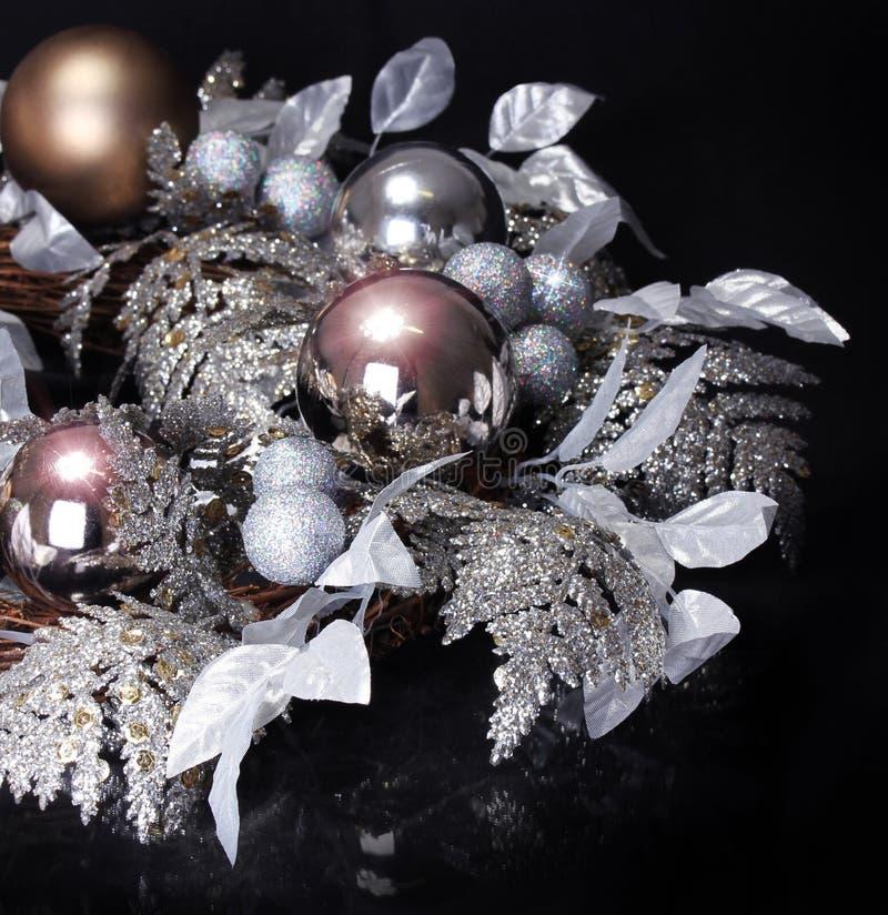 Decoración de plata de la Navidad sobre fondo negro. Día de fiesta brillante imágenes de archivo libres de regalías