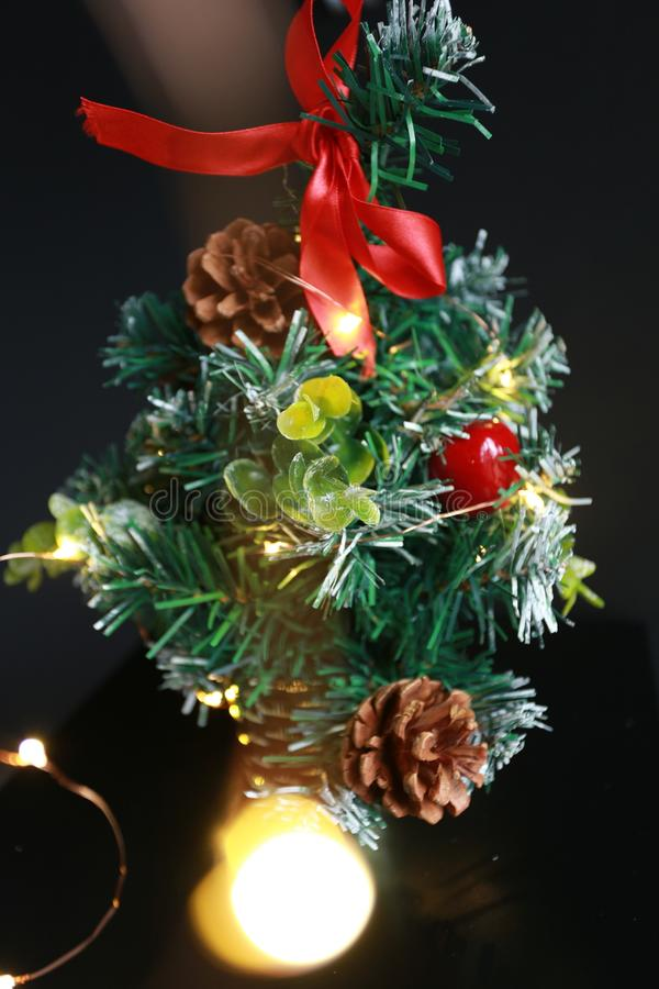 Decoración del árbol de Mini Christmas en fondo del negro oscuro imagenes de archivo