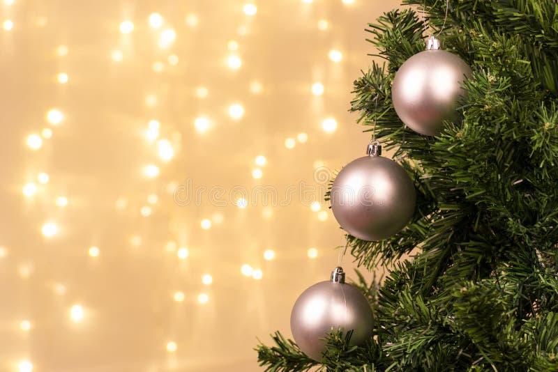 Decoración del árbol de navidad con las luces de la bola fotografía de archivo