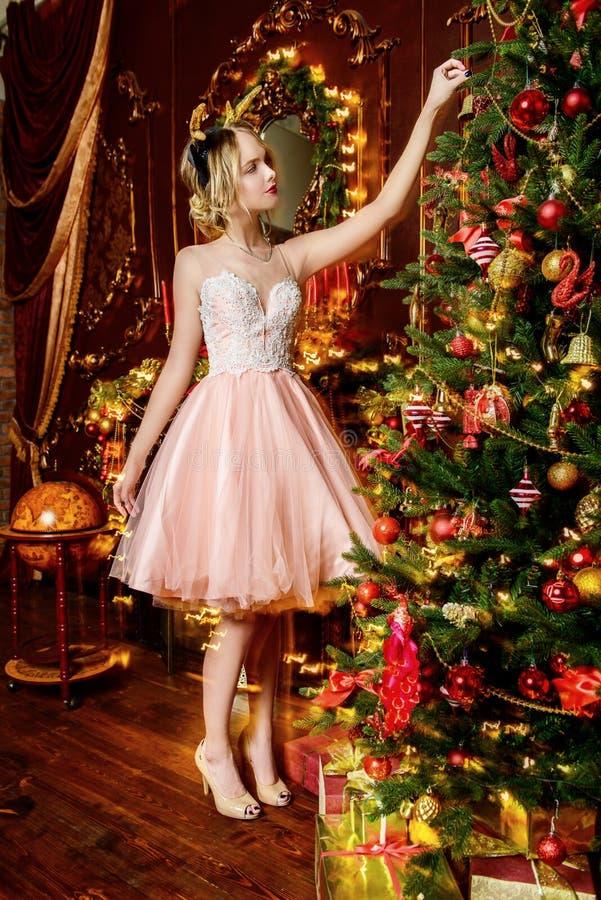 Decoración del árbol de navidad en apartamentos de lujo foto de archivo libre de regalías