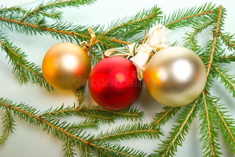 Decoración del árbol de navidad en blanco imágenes de archivo libres de regalías
