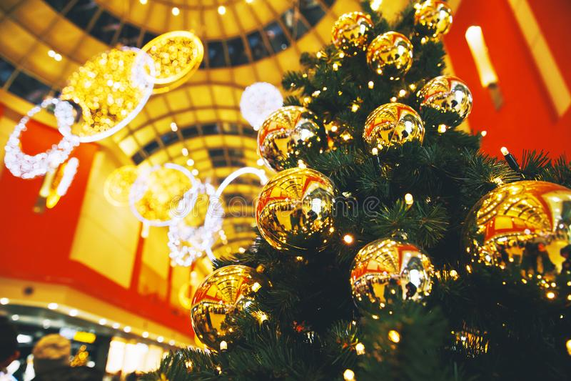 Decoración del árbol de navidad en el centro comercial, alameda fotografía de archivo libre de regalías