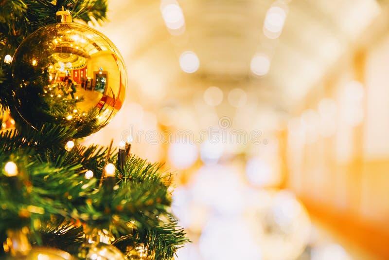 Decoración del árbol de navidad en el centro comercial, alameda foto de archivo libre de regalías