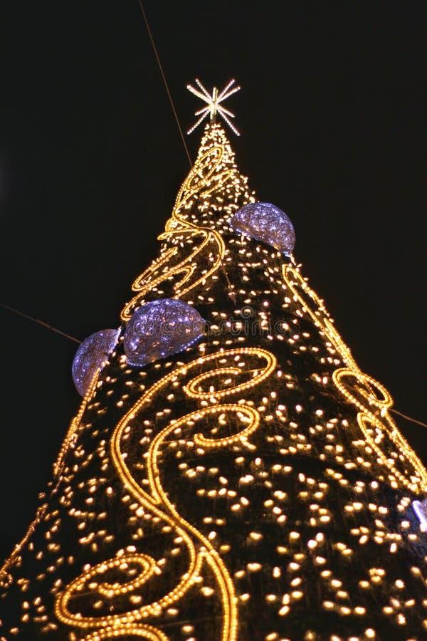 Decoración del árbol de navidad en la calle fotografía de archivo