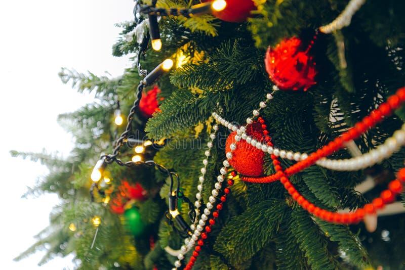 Decoración del árbol de navidad Ramas de árbol de abeto del Año Nuevo, guirnaldas, juguetes fotografía de archivo