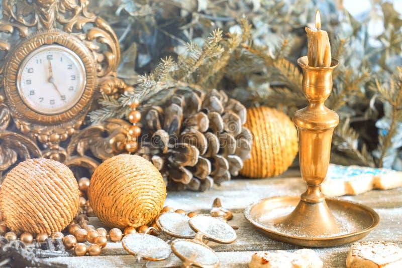 Decoración del Año Nuevo Reloj retro con las decoraciones pasadas de moda del árbol de navidad fotos de archivo libres de regalías