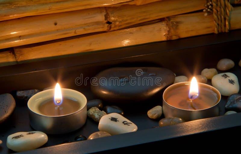 Decoración del balneario en estilo asiático con las piedras y la vela foto de archivo libre de regalías