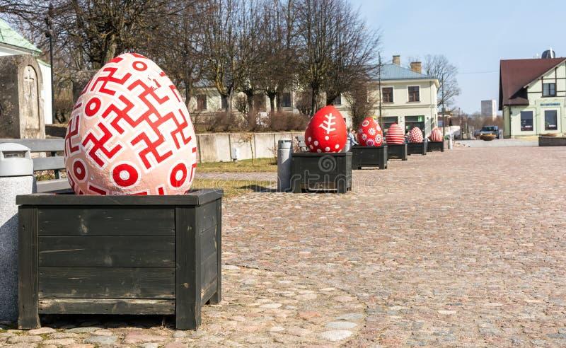 Decoración del centro de ciudad de Dobele con los huevos de Pascua foto de archivo libre de regalías