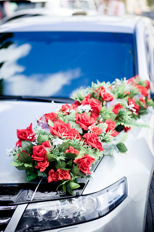 Decoración del coche de la boda imagen de archivo libre de regalías