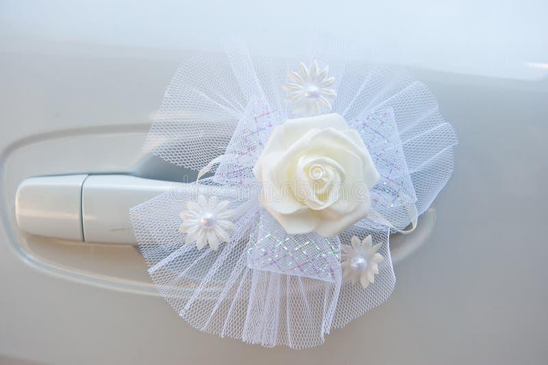 Decoración del coche para una boda de colores artificiales delicados del color blanco imagen de archivo libre de regalías