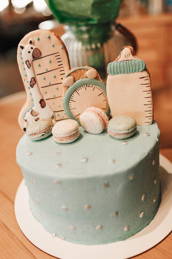Decoración del color en colores pastel de una primera torta de cumpleaños del año en la tabla de madera imagenes de archivo