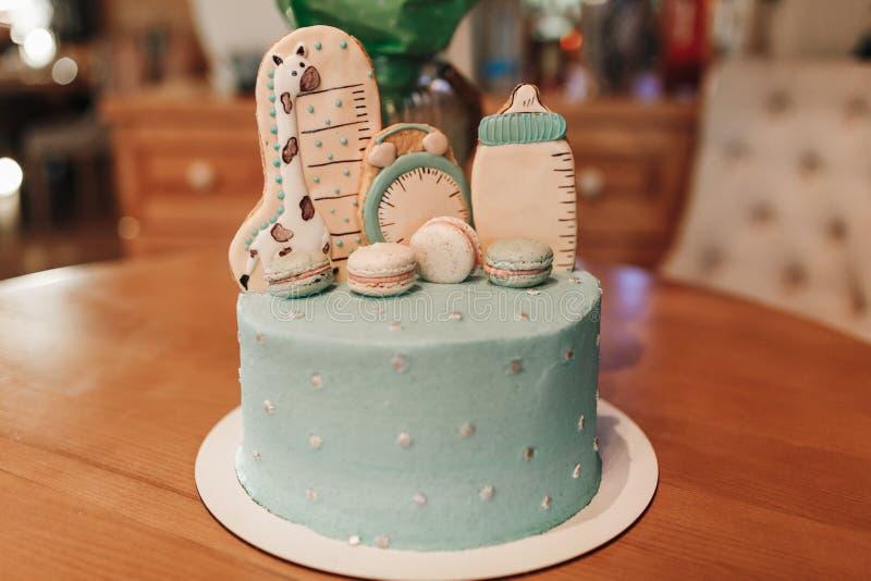 Decoración del color en colores pastel de una primera torta de cumpleaños del año en la tabla de madera fotos de archivo