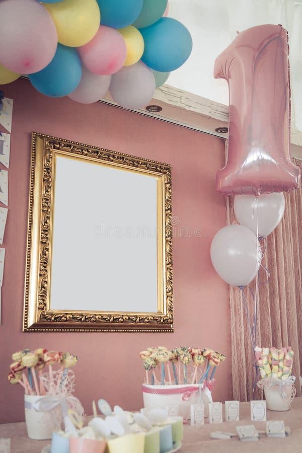 Decoración del cumpleaños con la tabla y los candys dulces Tabla dulce para la decoración del cumpleaños imágenes de archivo libres de regalías