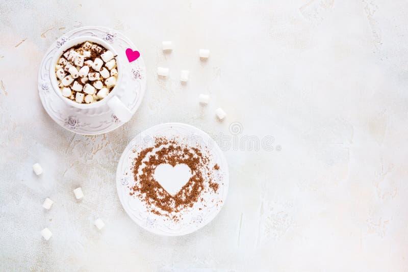 Decoración del día de San Valentín, desayuno, taza y placa blanca del vintage, café con las pequeñas melcochas y corazones hechos imagen de archivo libre de regalías