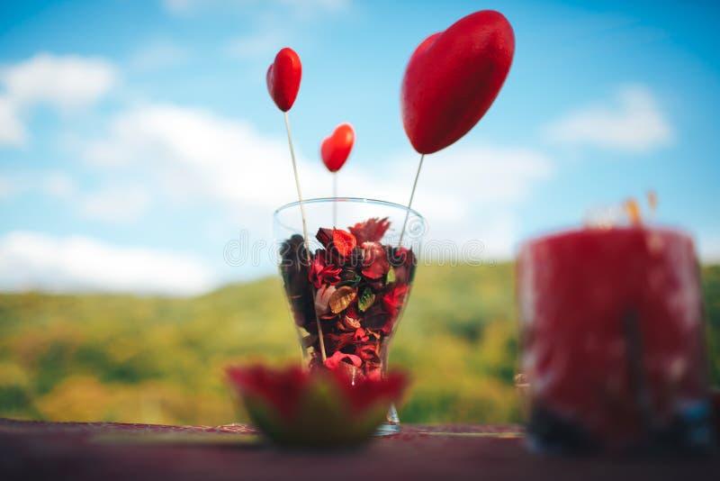 decoración del día de San Valentín Historia de amor tabla adornada, corazones, romant foto de archivo libre de regalías