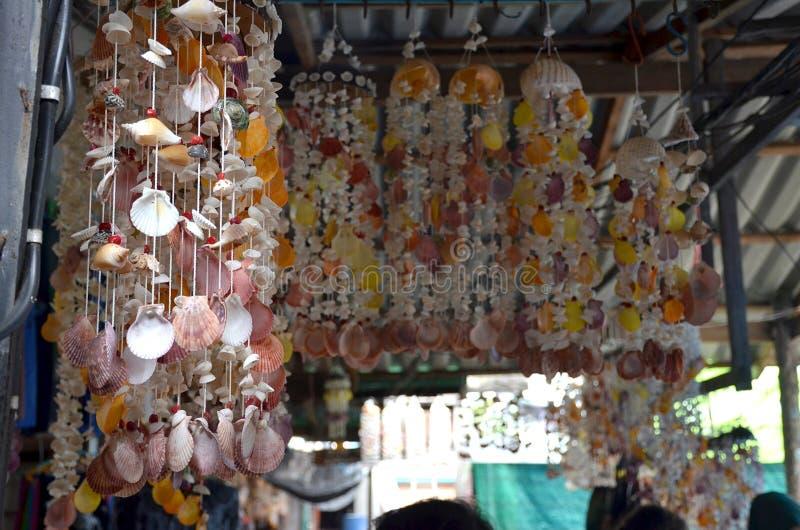 Decoración del hogar de la cáscara del mar en un mercado del pueblo en Tailandia imagen de archivo