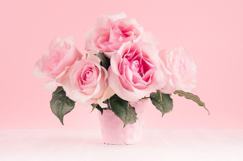 Decoración del hogar de la primavera - ramo enorme de las rosas en el interior rosa claro blanco y suave fotografía de archivo