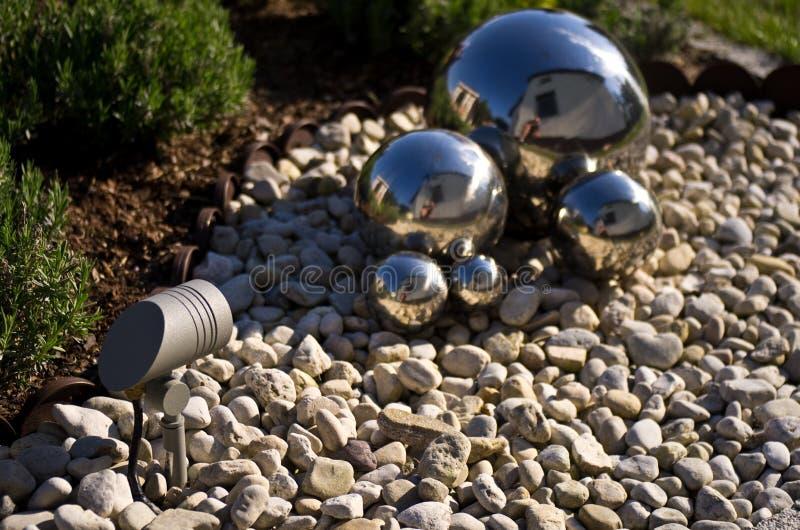 Decoración del jardín con las esferas de plata del espejo fotografía de archivo