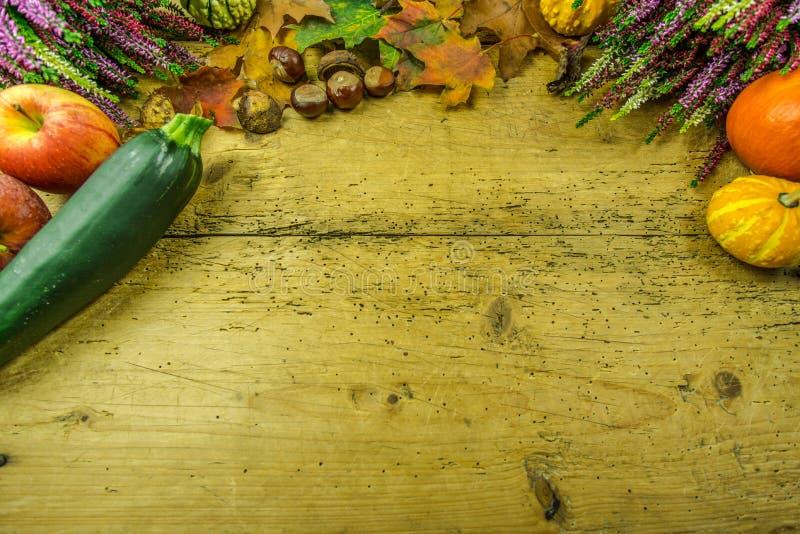 Decoración del otoño en un tablero de madera rústico foto de archivo
