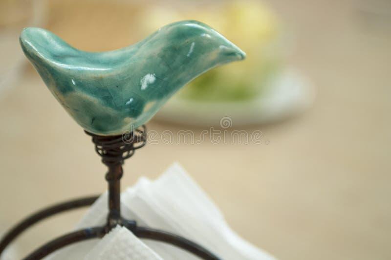 Decoración del pájaro de la pieza central para la tabla imágenes de archivo libres de regalías