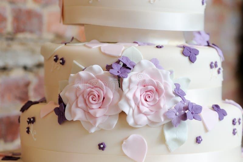 Decoración del pastel de bodas imagen de archivo libre de regalías