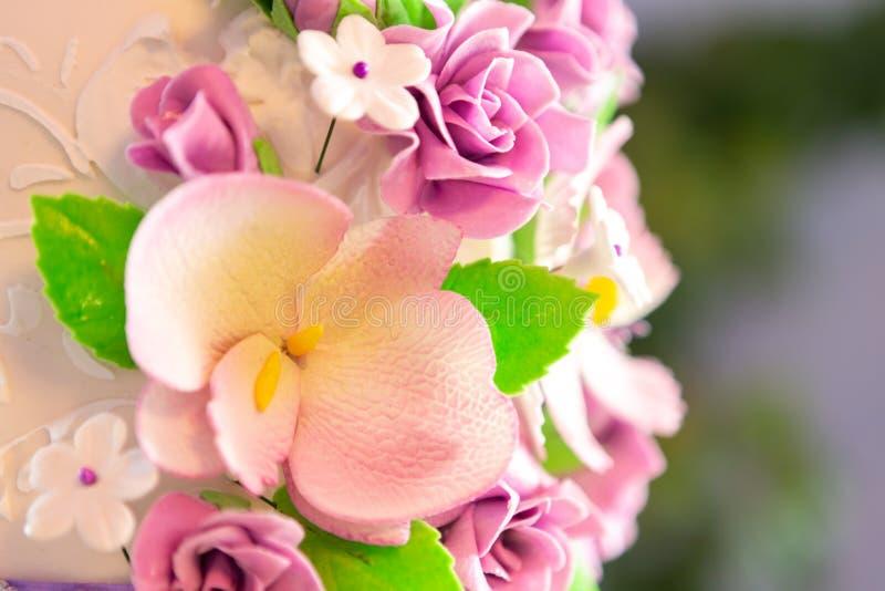 Decoración del pastel de bodas pastel de bodas hermoso con las orquídeas púrpuras torta en los tonos violetas foto de archivo libre de regalías