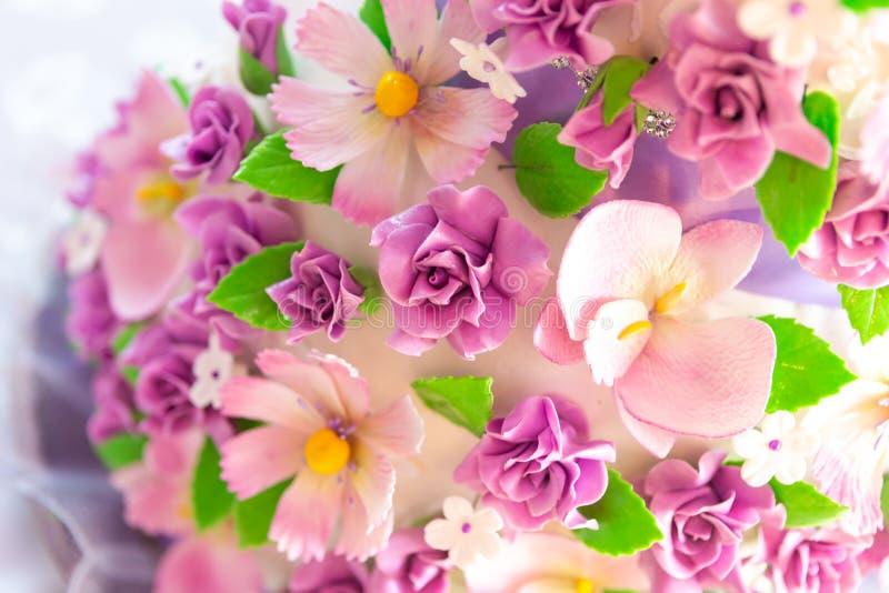 Decoración del pastel de bodas pastel de bodas hermoso con las orquídeas púrpuras torta en los tonos violetas fotografía de archivo