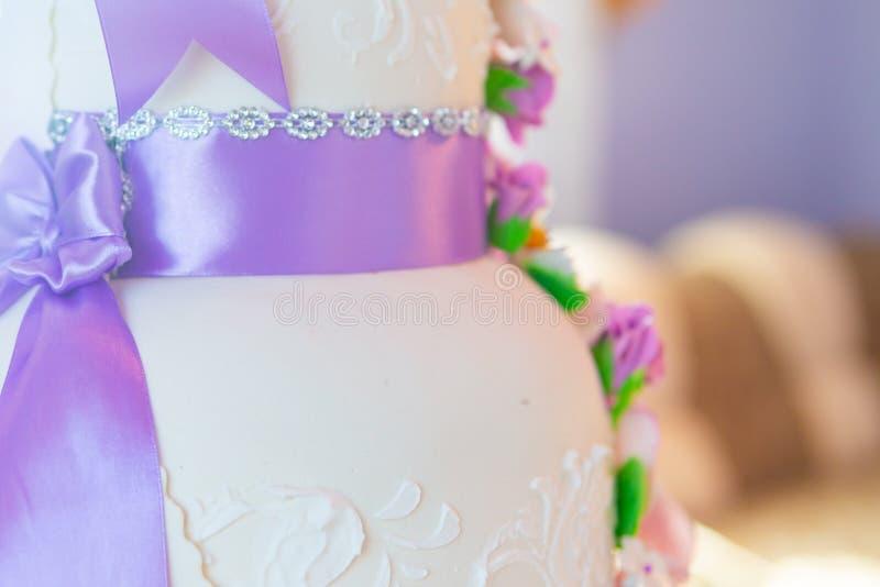 Decoración del pastel de bodas pastel de bodas hermoso con las orquídeas púrpuras torta en los tonos violetas imagen de archivo