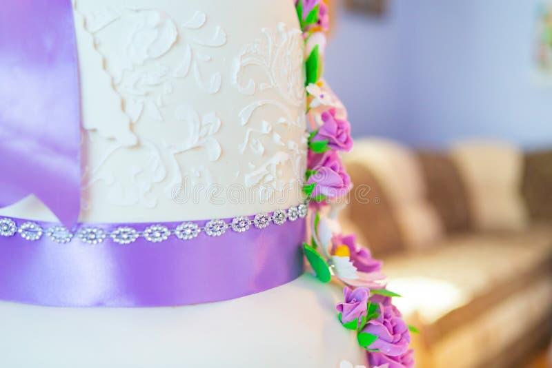 Decoración del pastel de bodas pastel de bodas hermoso con las orquídeas púrpuras torta en los tonos violetas imagenes de archivo
