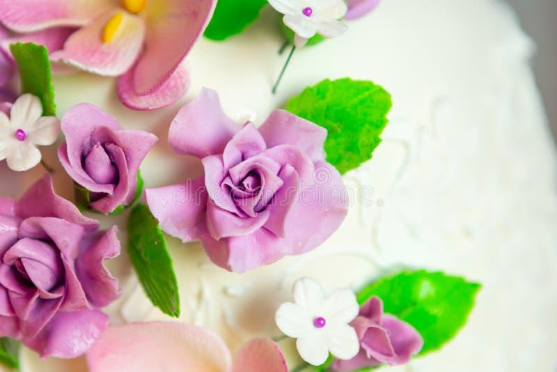 Decoración del pastel de bodas pastel de bodas hermoso con las orquídeas púrpuras torta en los tonos violetas fotos de archivo libres de regalías