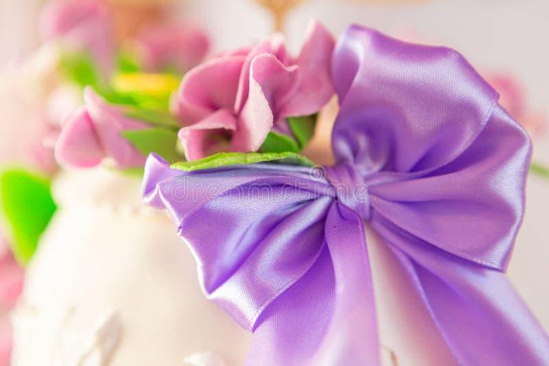Decoración del pastel de bodas pastel de bodas hermoso con las orquídeas púrpuras torta en los tonos violetas fotografía de archivo libre de regalías