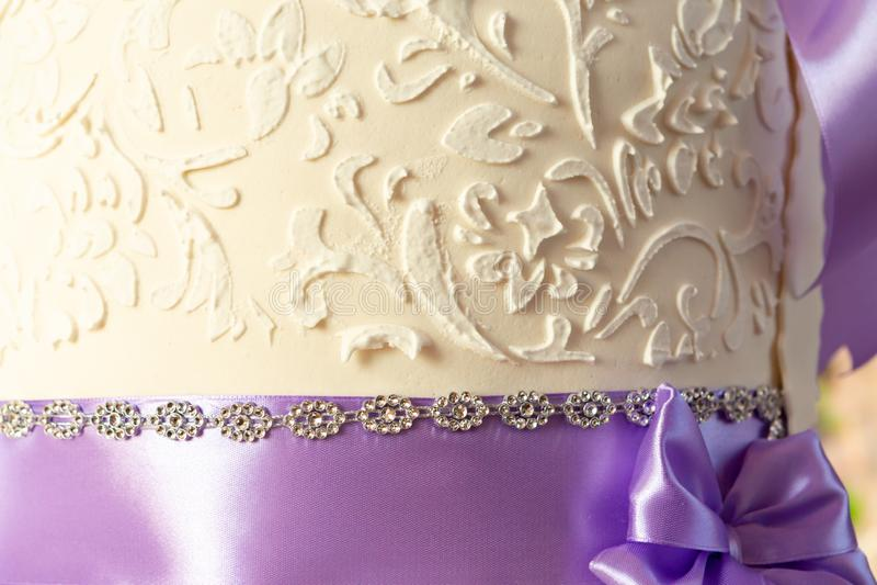 Decoración del pastel de bodas pastel de bodas hermoso con las orquídeas púrpuras torta en los tonos violetas imágenes de archivo libres de regalías