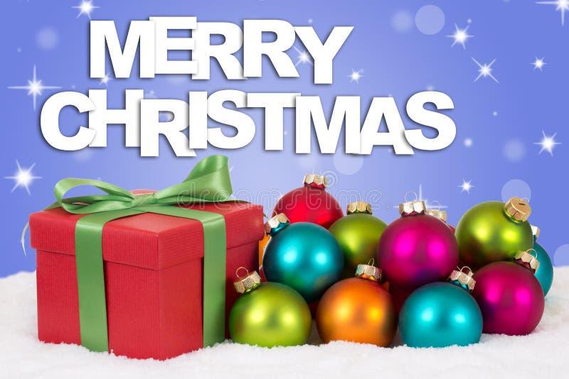 Decoración del regalo de la Feliz Navidad con las bolas coloridas foto de archivo